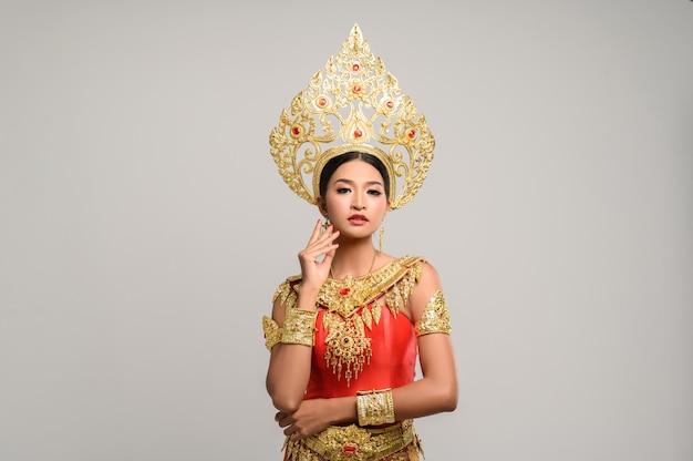 Beautyful thai femme vêtue d'une robe thaïlandaise