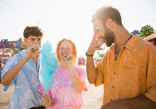 De beaux amis partageant une barbe à papa