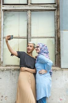 Beaux amis prenant un selfie