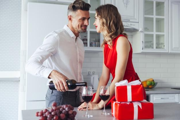 Beaux amoureux célébrant la saint-valentin et buvant du vin