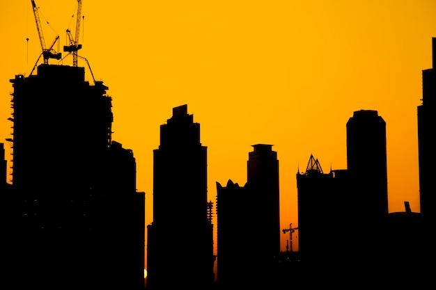 Beaux bâtiments au coucher du soleil