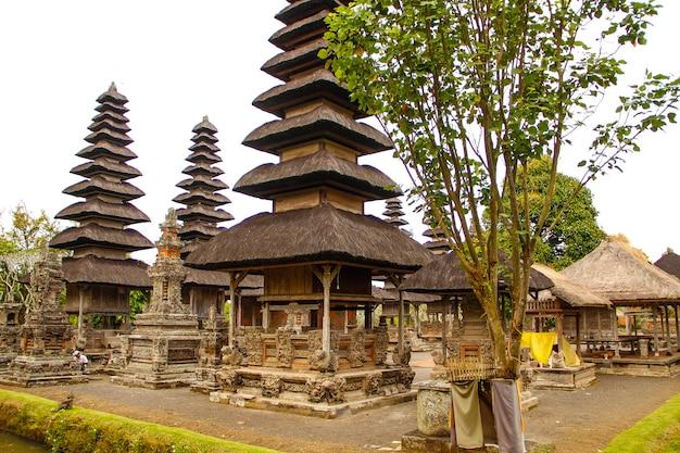 Les beaux bâtiments du temple de la famille royale à bali. indonésie