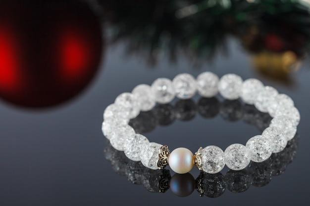 De beaux bijoux faits de pierres naturelles et d'accessoires exquis
