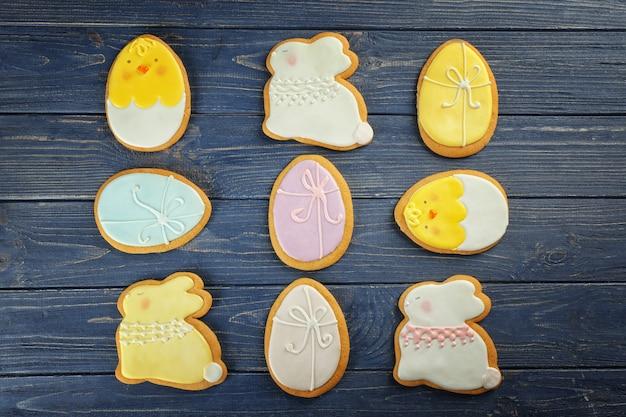 Beaux biscuits de pâques glacés sur table en bois