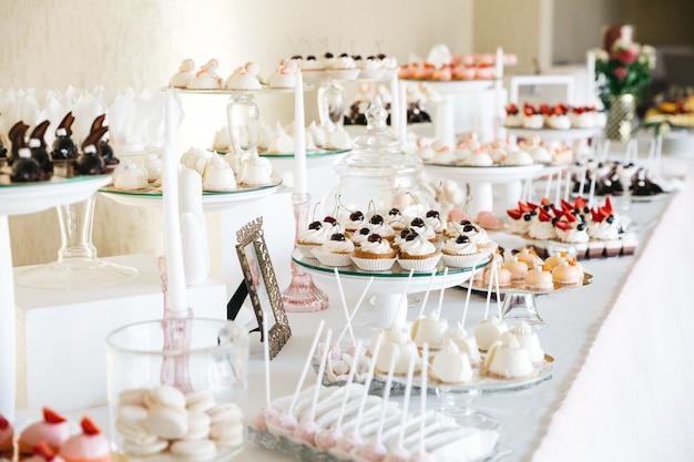Beaux bonbons sur la table de fête