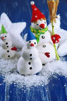 Beaux bonhommes de neige et décor de noël, sur fond clair
