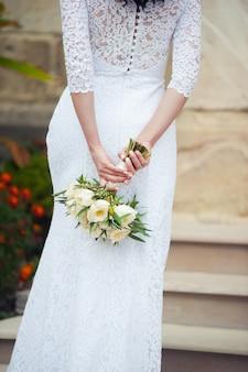 De beaux bouquets de fleurs prêts pour la grande cérémonie de mariage