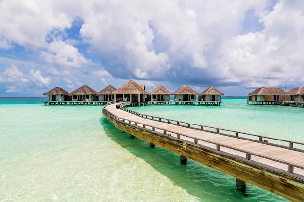 Beaux bungalows sur pilotis sur l'océan dans l'île des maldives