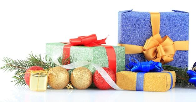Beaux cadeaux lumineux et décor de noël, sur blanc