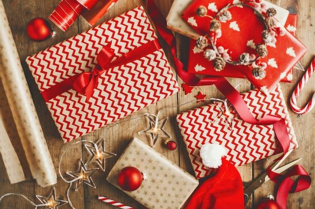 Beaux cadeaux de noël sur une table en bois