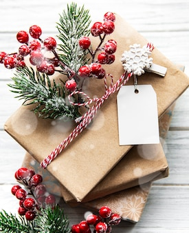 Beaux cadeaux pour noël avec décor sur fond de bois