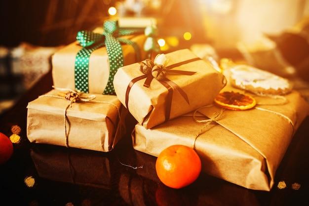 Beaux cadeaux sur le thème se trouvent sur une table en bois
