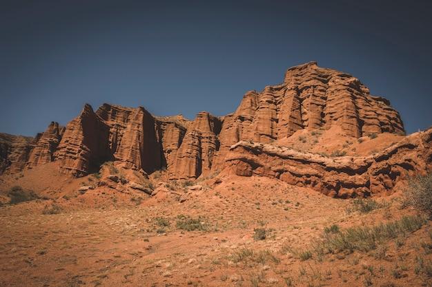 Beaux châteaux d'argile dans le désert de sable du canyon rouge konorchek, au kirghizistan