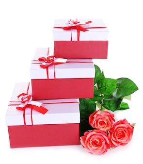 Beaux coffrets cadeaux avec des fleurs sur blanc