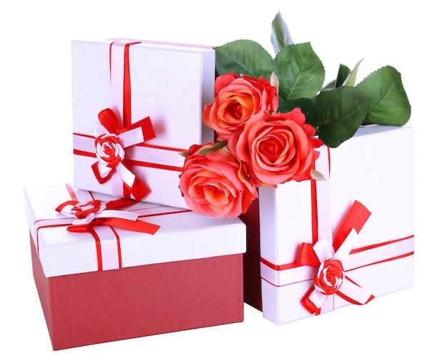 Beaux coffrets cadeaux avec des fleurs isolées sur une surface blanche