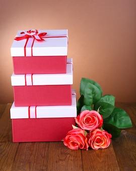 Beaux coffrets cadeaux avec des fleurs sur table