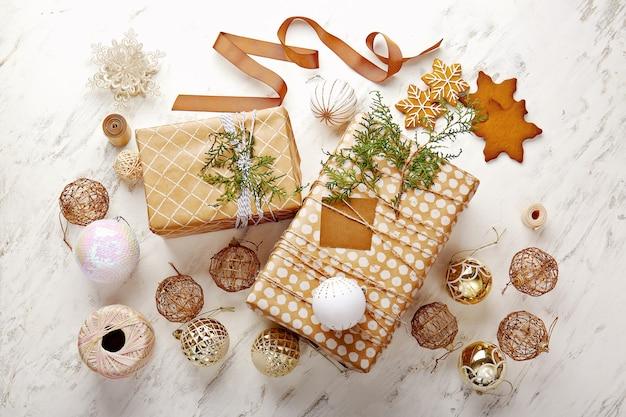 Beaux coffrets cadeaux de noël et décor sur une surface blanche