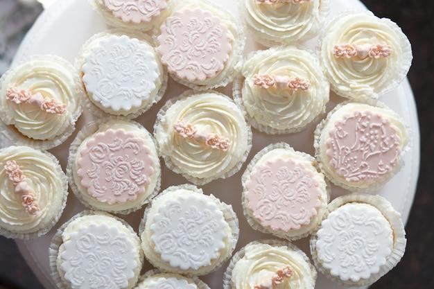 Beaux cupcakes ou muffins sur un plateau blanc