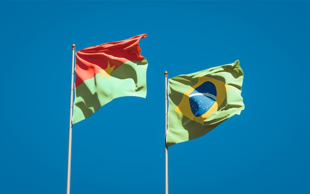 Beaux drapeaux d'état national du brésil et du burkina faso ensemble sur ciel bleu