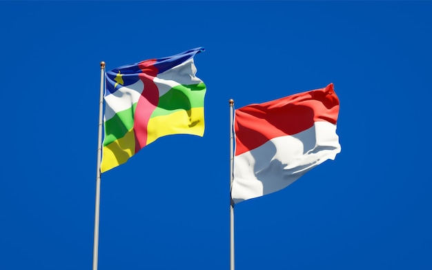 Beaux drapeaux d'état national de l'indonésie et de la rca république centrafricaine ensemble sur ciel bleu
