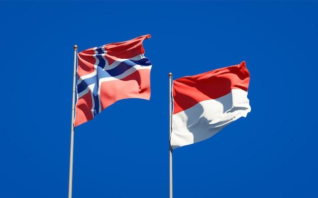 Beaux drapeaux d'état national de la norvège et de l'indonésie ensemble sur ciel bleu