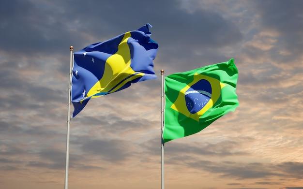 Beaux drapeaux des états nationaux de tokelau et du brésil ensemble sur ciel bleu