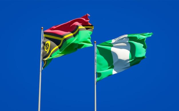 Beaux drapeaux des états nationaux de vanuatu et du nigéria ensemble sur ciel bleu