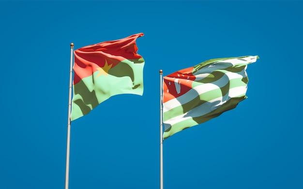 Beaux drapeaux nationaux de l'abkhazie et du burkina faso ensemble
