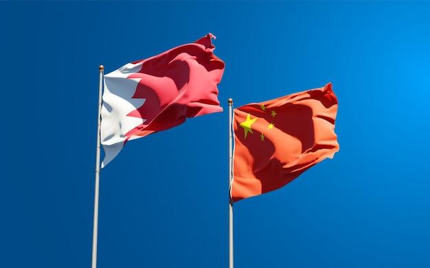 Beaux drapeaux nationaux de la chine et de bahreïn ensemble dans le ciel