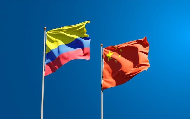 Beaux drapeaux nationaux de la chine et de la colombie ensemble dans le ciel
