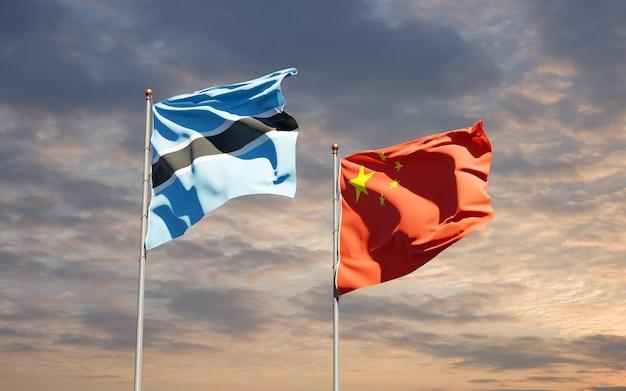 Beaux drapeaux nationaux de la chine et du botswana ensemble au ciel