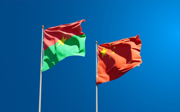 Beaux drapeaux nationaux de la chine et du burkina faso ensemble au ciel
