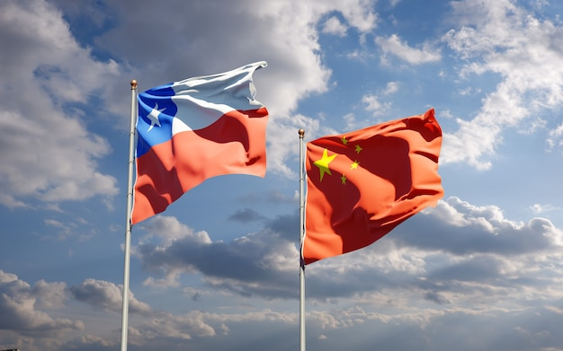 Beaux drapeaux nationaux de la chine et du chili ensemble dans le ciel