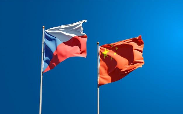 Beaux drapeaux nationaux de la chine et de la république tchèque ensemble dans le ciel