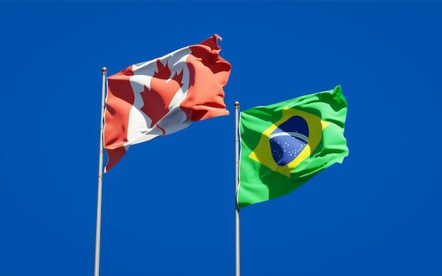 Beaux drapeaux nationaux du brésil et du canada ensemble sur ciel bleu