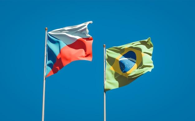Beaux drapeaux nationaux du brésil et de la république tchèque ensemble sur ciel bleu