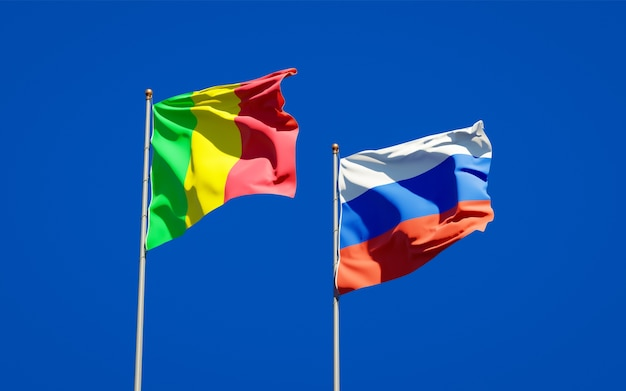 Beaux drapeaux nationaux du mali et de la russie ensemble sur le ciel bleu. illustration 3d