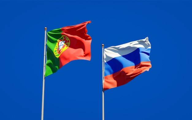 Beaux drapeaux nationaux du portugal et de la russie ensemble sur le ciel bleu. illustration 3d