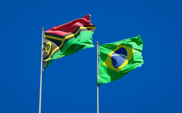 Beaux drapeaux nationaux du vanuatu et du brésil ensemble sur ciel bleu