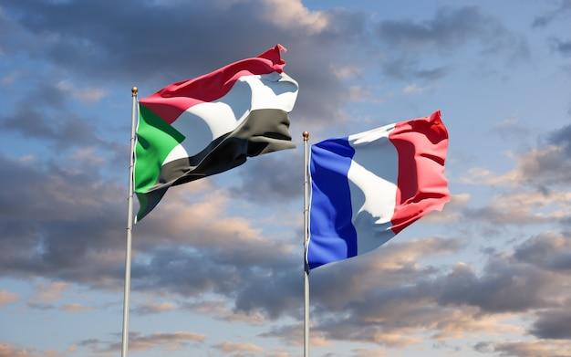 Beaux drapeaux nationaux de la france et du soudan ensemble au ciel