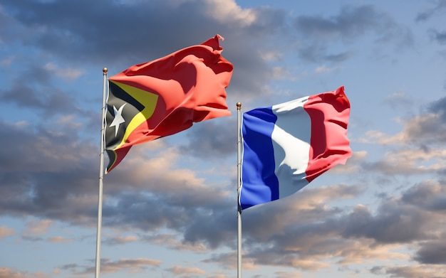 Beaux drapeaux nationaux de la france et du timor oriental ensemble au ciel