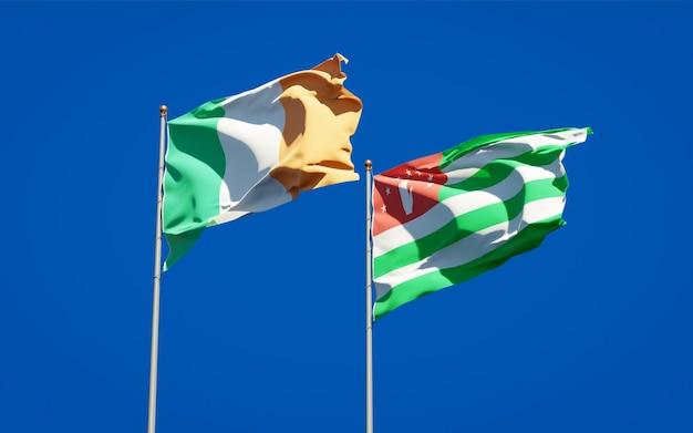 Beaux drapeaux nationaux d'irlande et d'abkhazie ensemble