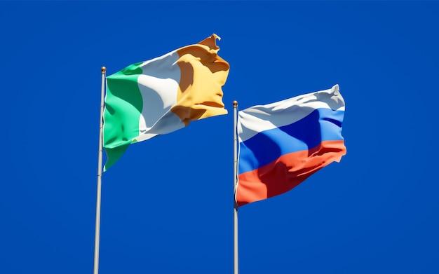 Beaux drapeaux nationaux de l'irlande et de la russie ensemble sur le ciel bleu. illustration 3d