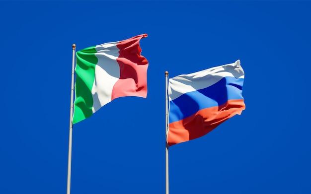 Beaux drapeaux nationaux de l'italie et de la russie ensemble sur le ciel bleu. illustration 3d