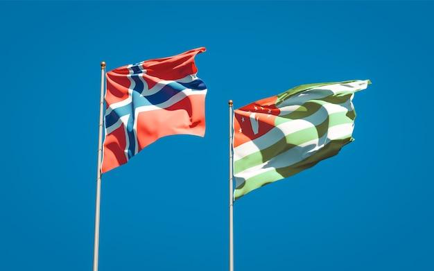Beaux drapeaux nationaux de la norvège et de l'abkhazie ensemble