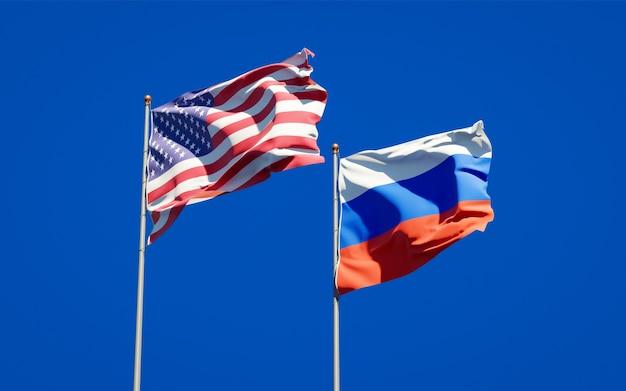 Beaux drapeaux nationaux de la russie et des etats-unis ensemble sur le ciel bleu. illustration 3d