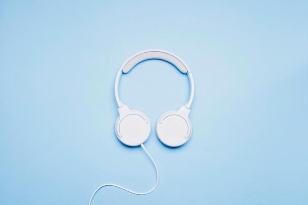 Beaux écouteurs sur bleu