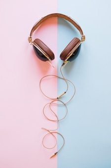 Beaux écouteurs sur fond clair