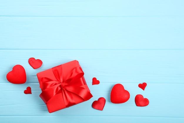 Beaux éléments de la saint valentin sur fond coloré avec place pour le texte