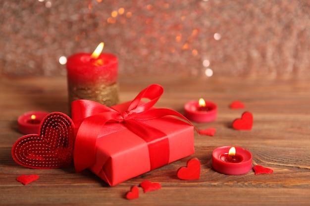 Beaux éléments de la saint valentin sur une table en bois avec place pour le texte